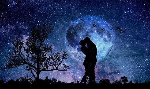 星空の下で抱き合うカップル