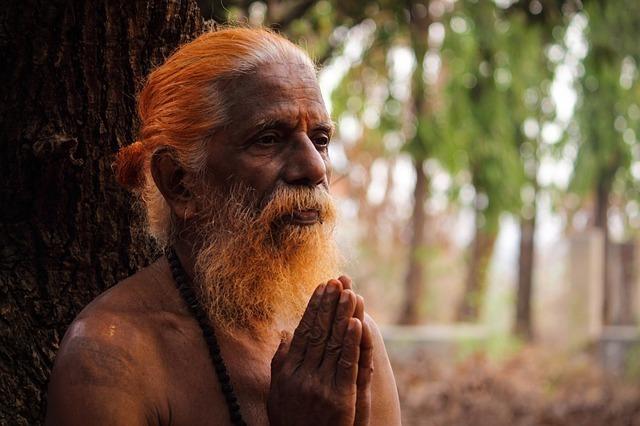 祈りを捧げる老人