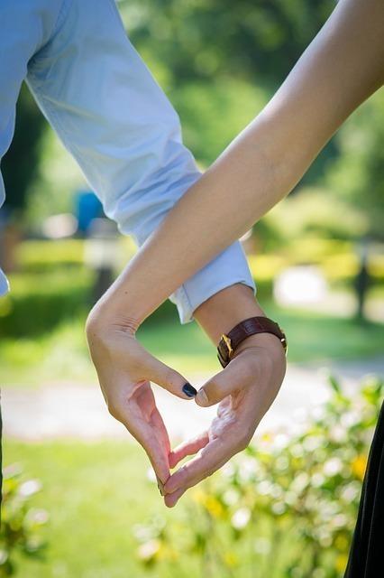 つながれた手がハートの形をしている