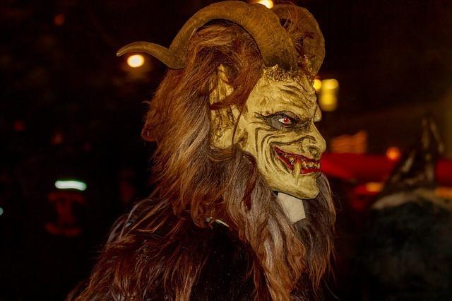 悪魔の仮面をかぶった男性