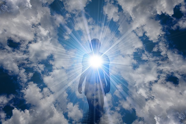 天空に人影があり光を放っている