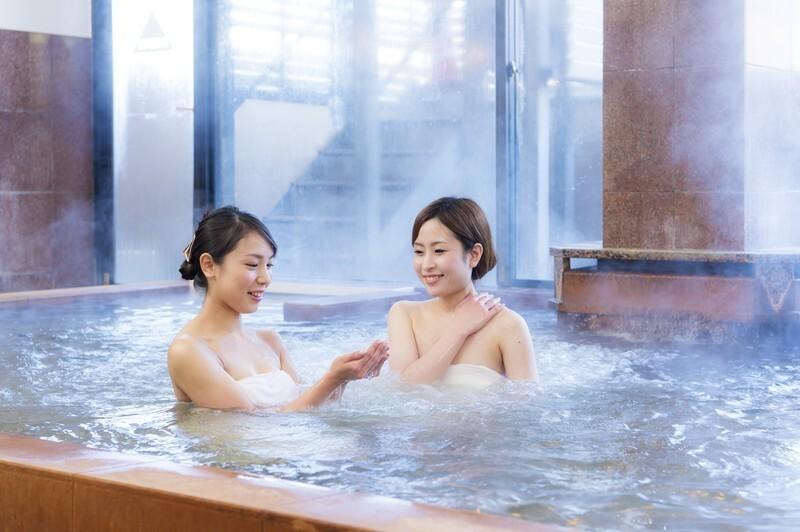 温泉に浸かる2人の女性