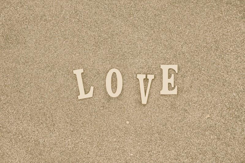 砂の上にLOVEと書いてある