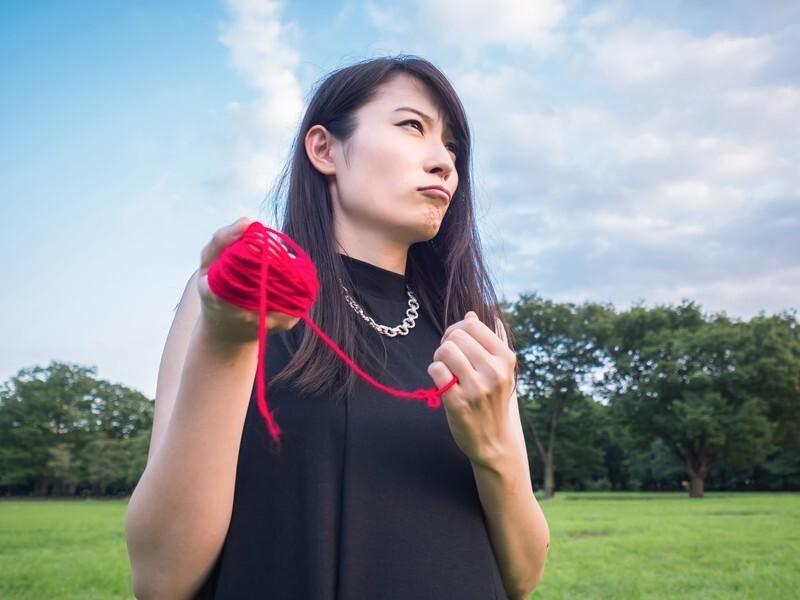 毛糸を握りしめる女性