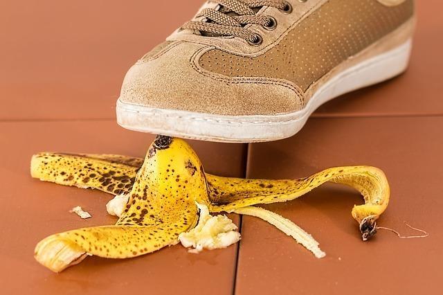 足元にあるバナナを踏みかける