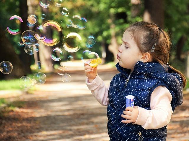 シャボン玉で遊ぶ子供