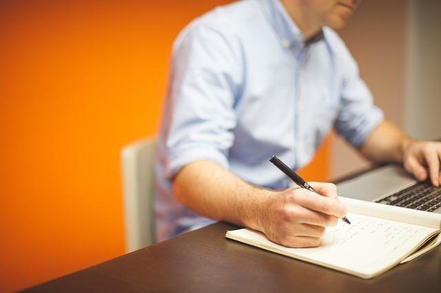 パソコンのハードやクラウドだけじゃ心配でノートに手書きでメモしてしまう男性