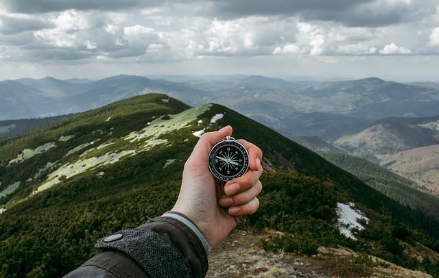 コンパスを片手にハイキング