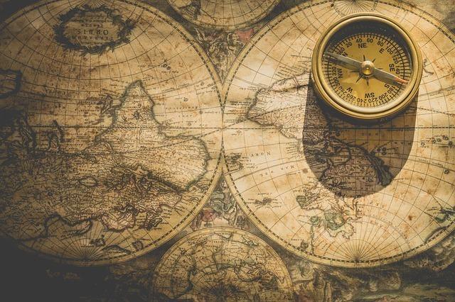 地図上にある金のコンパス