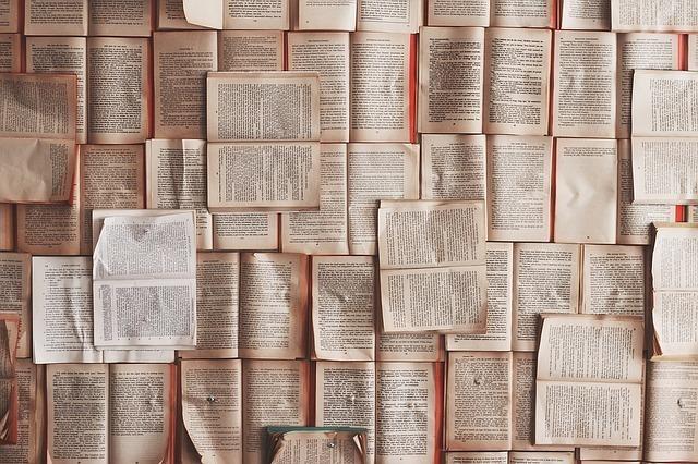たくさんの本が開かれている