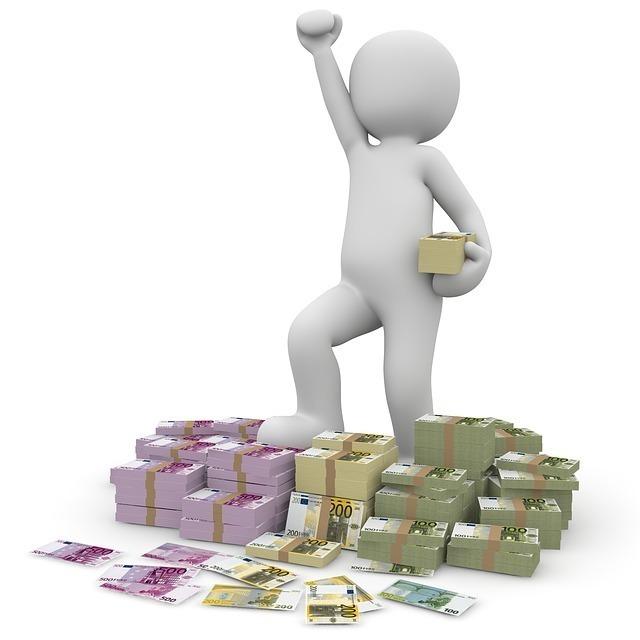 ユーロ紙幣の札束の上で片手を振り上げる人の画像