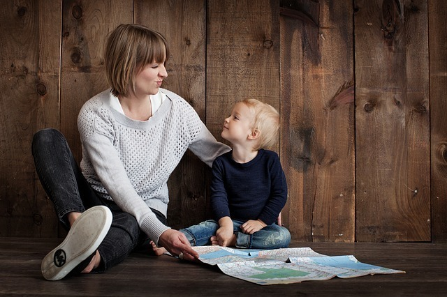 地図を見る親子