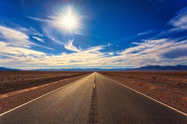 真っ直ぐな道と青空