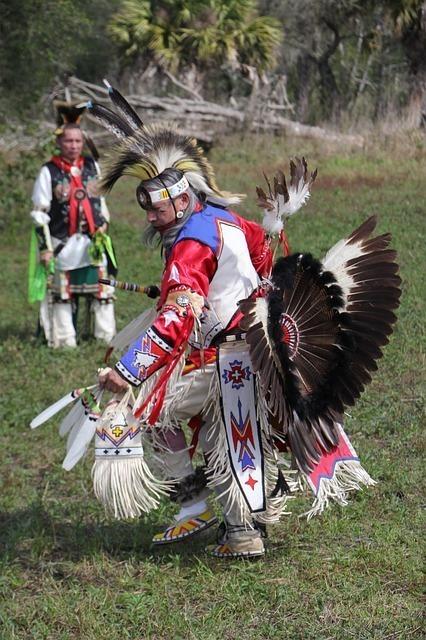 羽飾りを付けて踊るインディオ