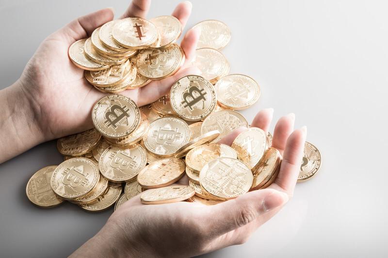 手の平に納まりきらないコイン