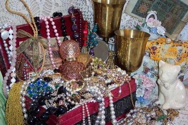 たくさんの宝石が入った宝石箱