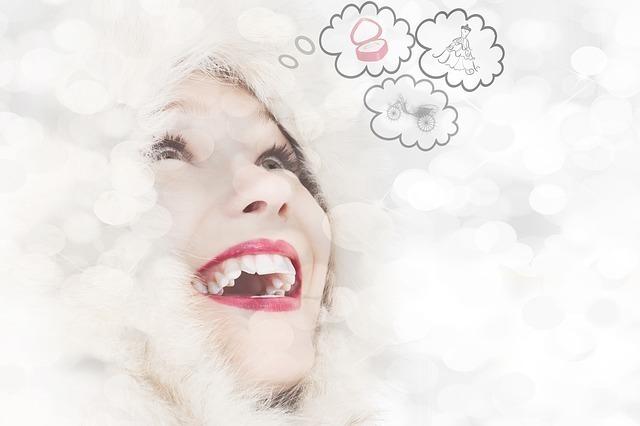 笑顔の女性から吹き出しが出ている