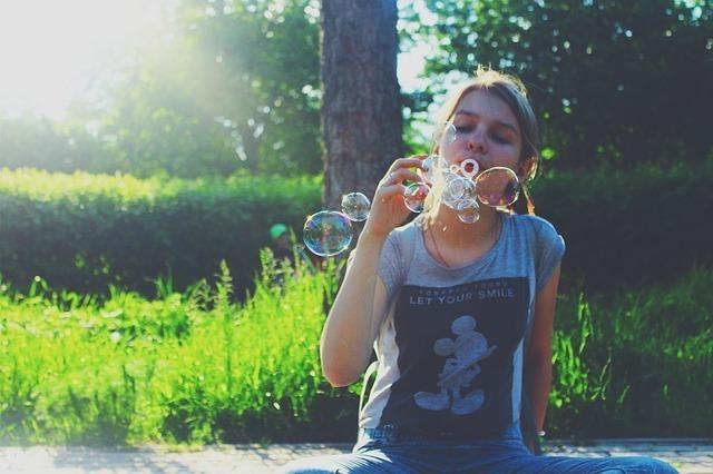 シャボン玉を吹く女性