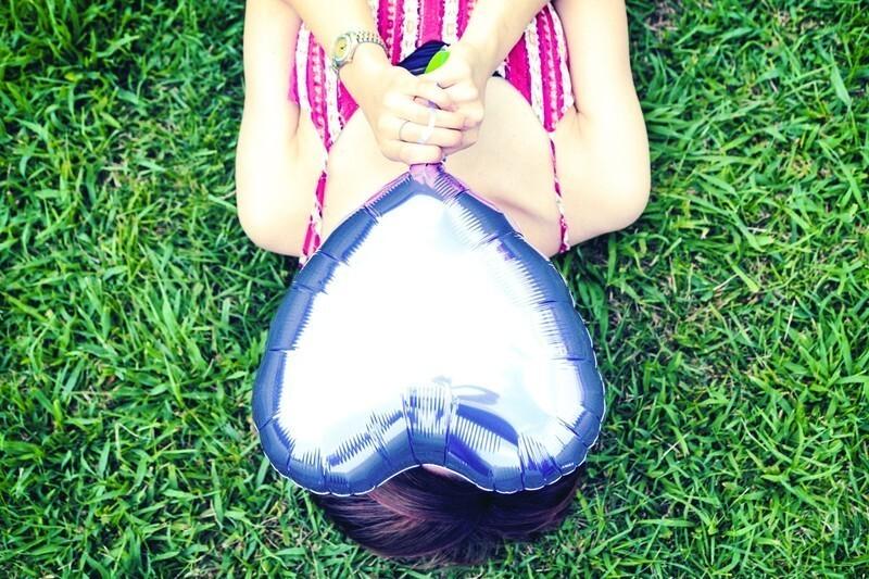 ハートの風船を持った女性