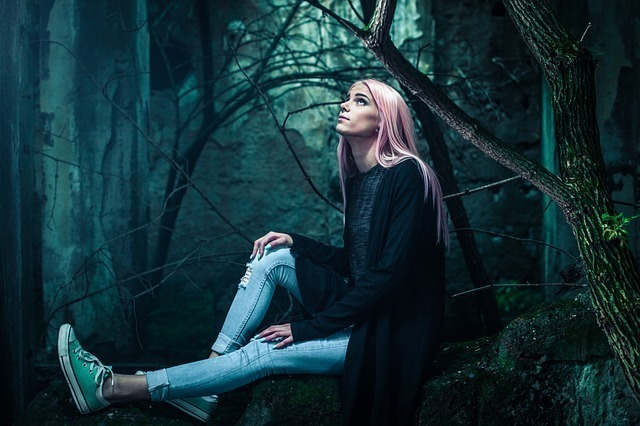暗い森と女性