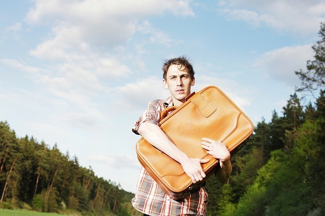 かばんを抱えている男性