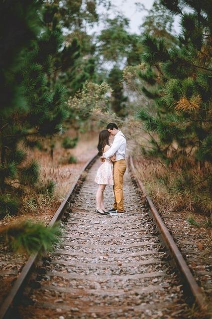線路で抱きしめあう恋人たち