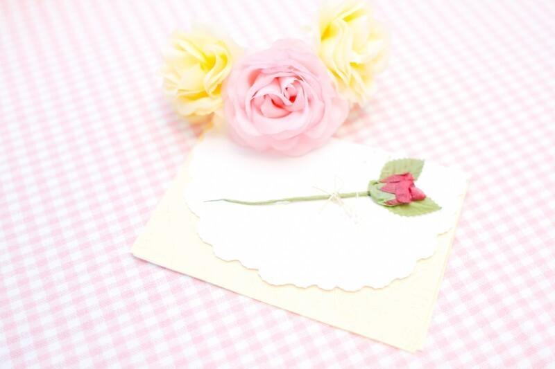 押し花が付いている封筒