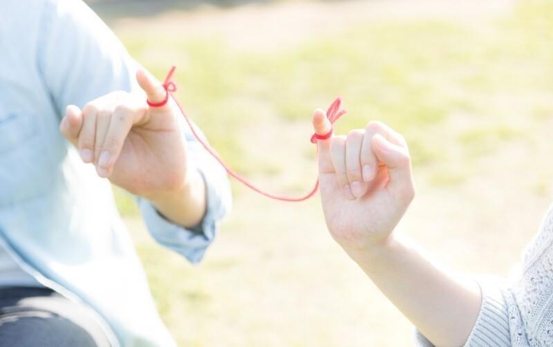 赤い糸でつながれた男女の小指