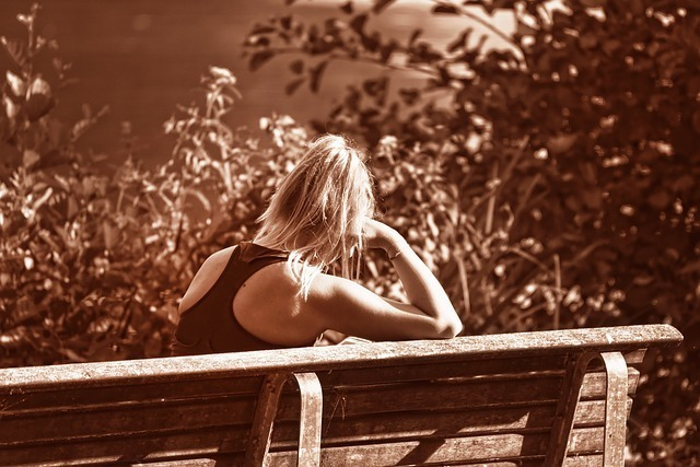 一人でベンチに座る女性