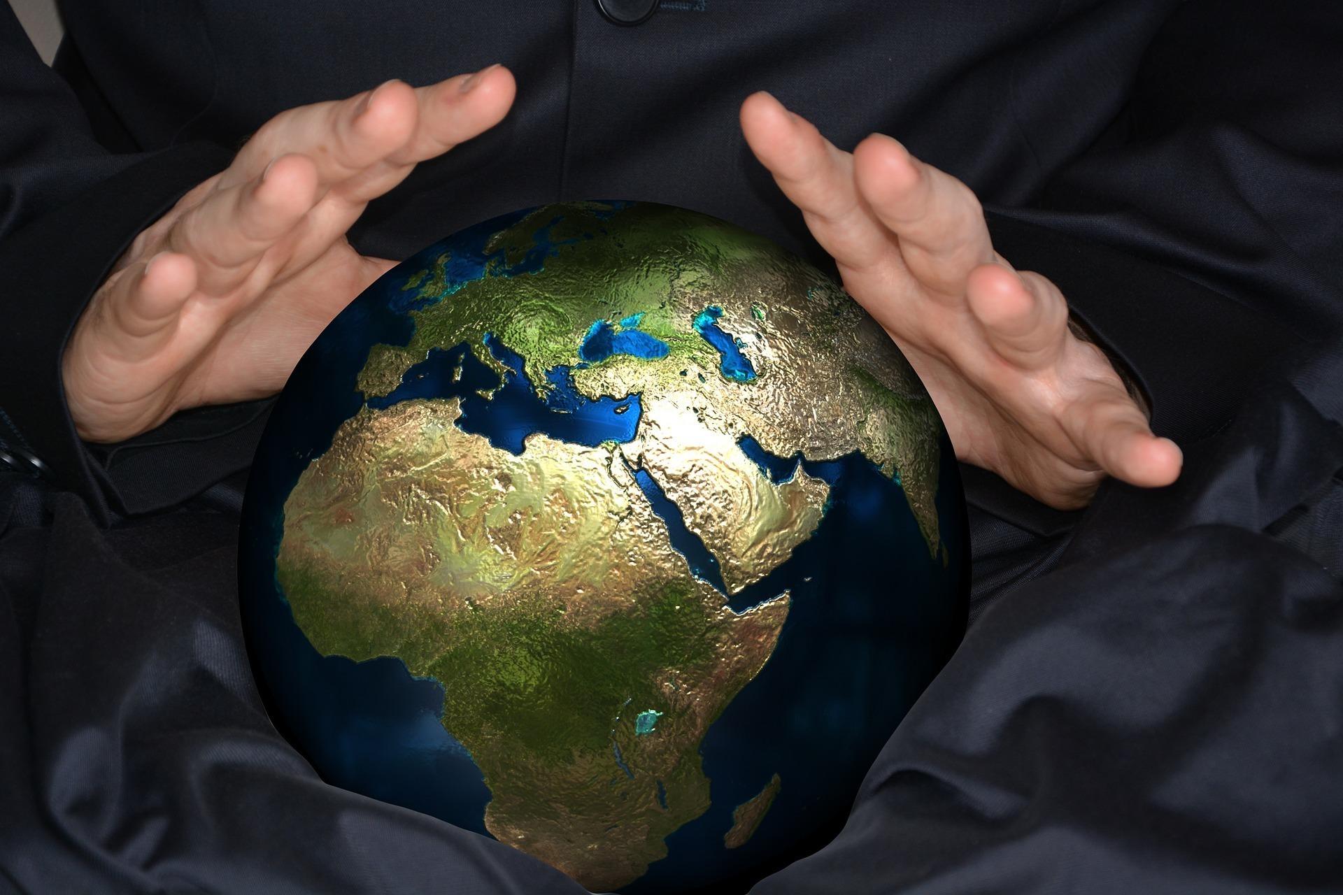 地球儀にかざした手