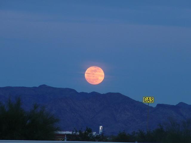 うすいピンクがかった月