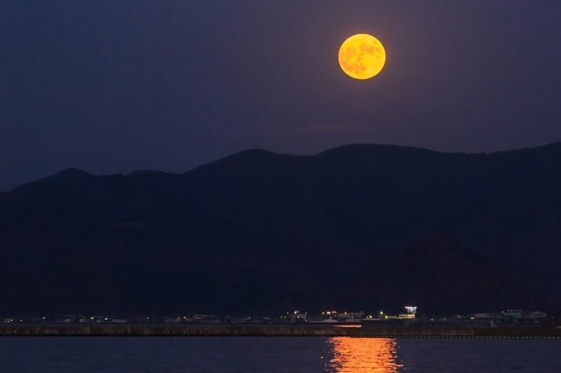 月の光が水面に反射している