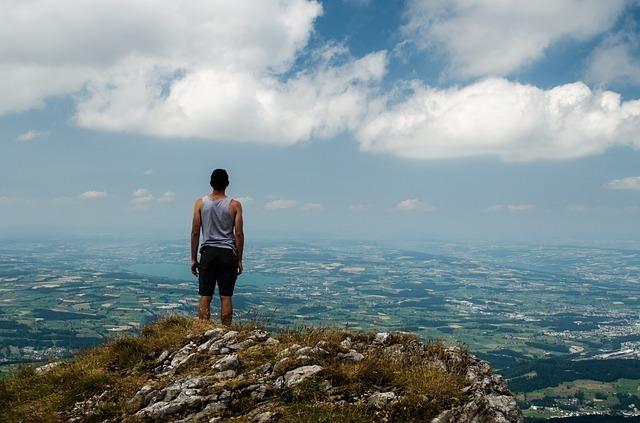 山に立つ男性