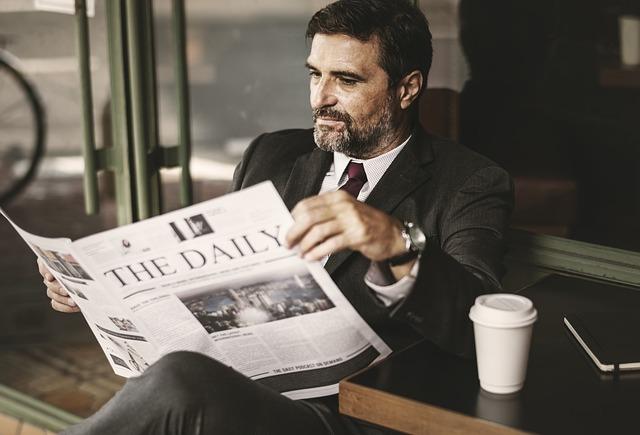 椅子に座り新聞を読む男性