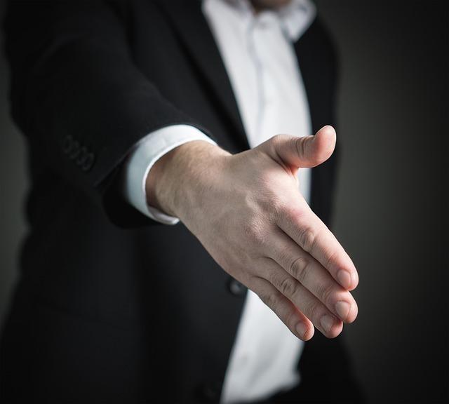 握手を求めている男性の手