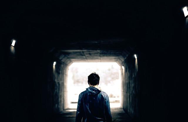 トンネルに立つ男性