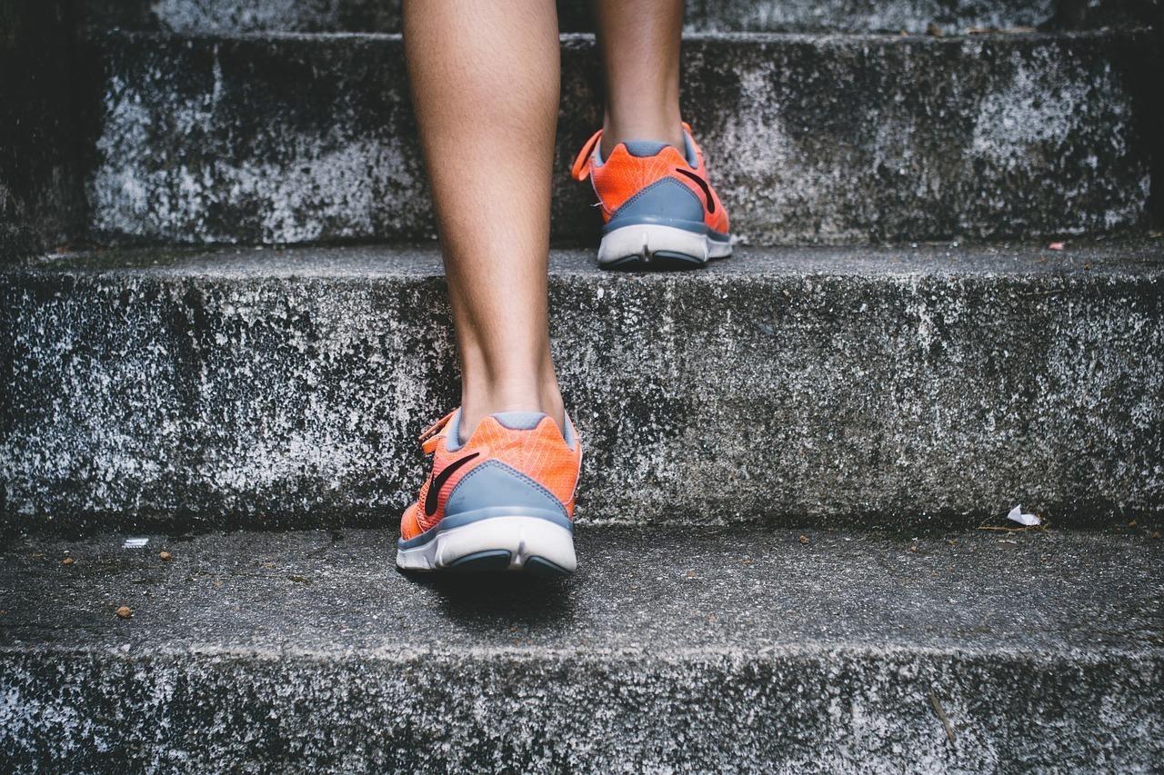 階段をのぼる足