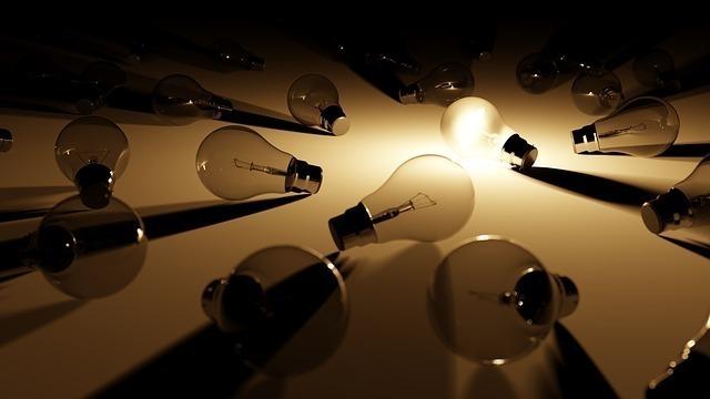 切れた電球と電球の光
