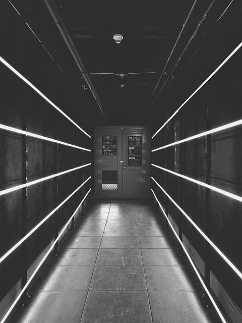 暗い通路とドア