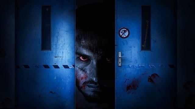 ドアから覗くゾンビ