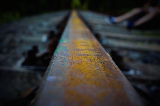 夜中の線路のイメージ
