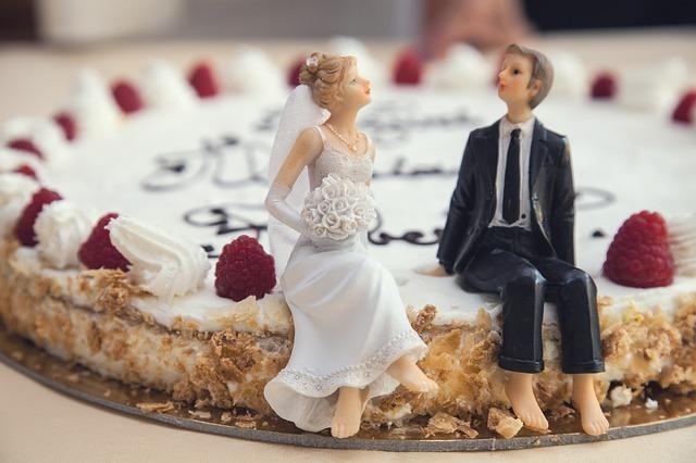 ウェディングケーキと新婚フィギア