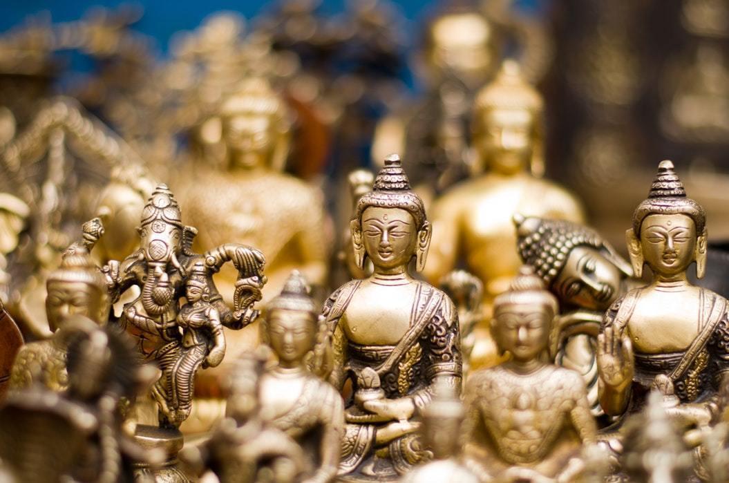 隣接する仏像の画像