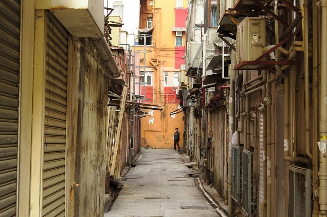 細く奥まった路地の画像