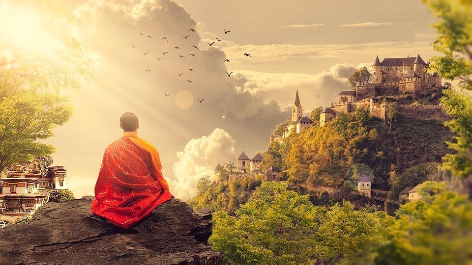 座禅を組む僧侶の後ろ姿の画像