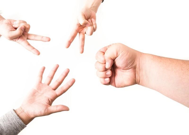 じゃんけんをしている4人の手