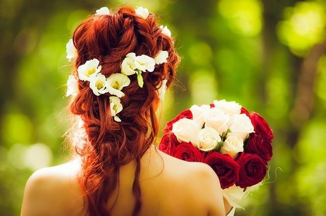 花束を持った女性の後ろ姿