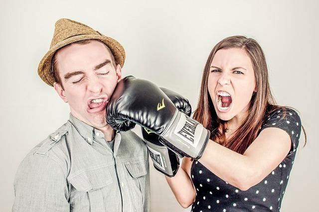 ボクシンググローブで男性を殴る女性