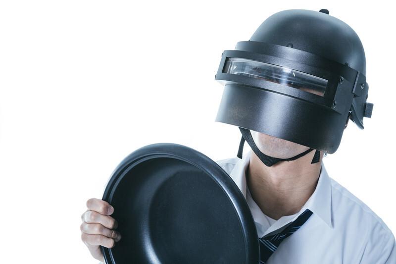 ヘルメットをかぶった男性