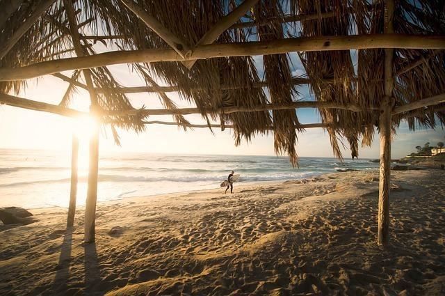 浜辺にある小屋から見た夕日に照らされた海
